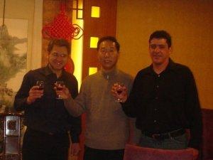 Brindando com o prefeito de Yangzhou e o treinador Zé Maria. Projeto para estabelecer escolinha de futebol na cidade. (dez./2007)