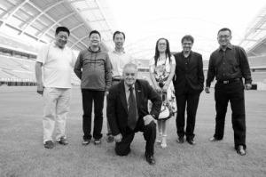 Visita do diretor do SPFC, sr. Carlos Caboclo, ao estádio olímpico Crystal Crown, em Shenyang. (set./2009)