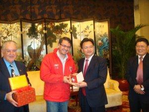 Recebendo souvenir do vice-governador da província de Guangdong, Guangzhou 2009.